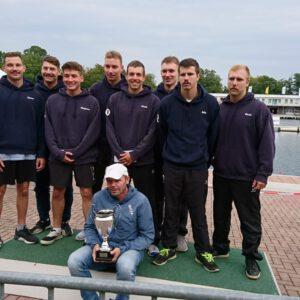 Die Sieger mit Trainer und Pokal